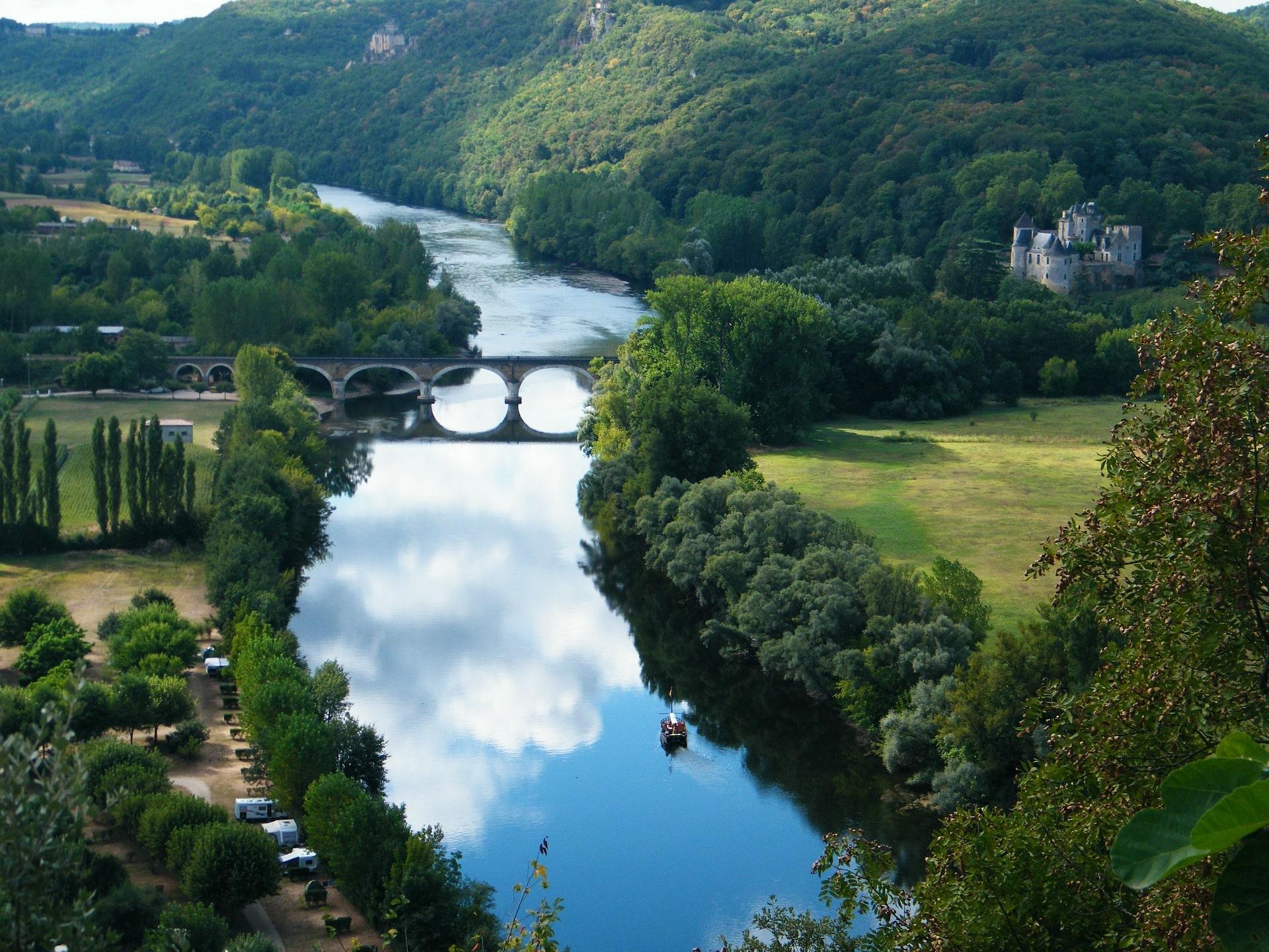 The river Dordogne and Chateau de Castelnaid