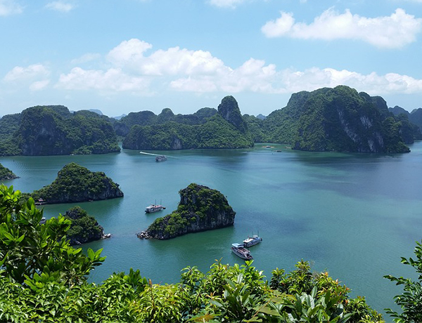 Vietnam records tourism surge to start 2017